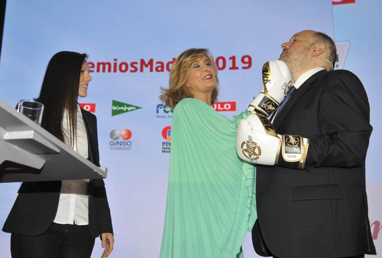 La boxeadora regaló a Higueras unos guantes, no sin antes intentar instruir a Nieves Herrero -vestida con un diseño de Alejando de Miguel- y Constantino Mediavilla en algunas de las técnicas de este deporte.