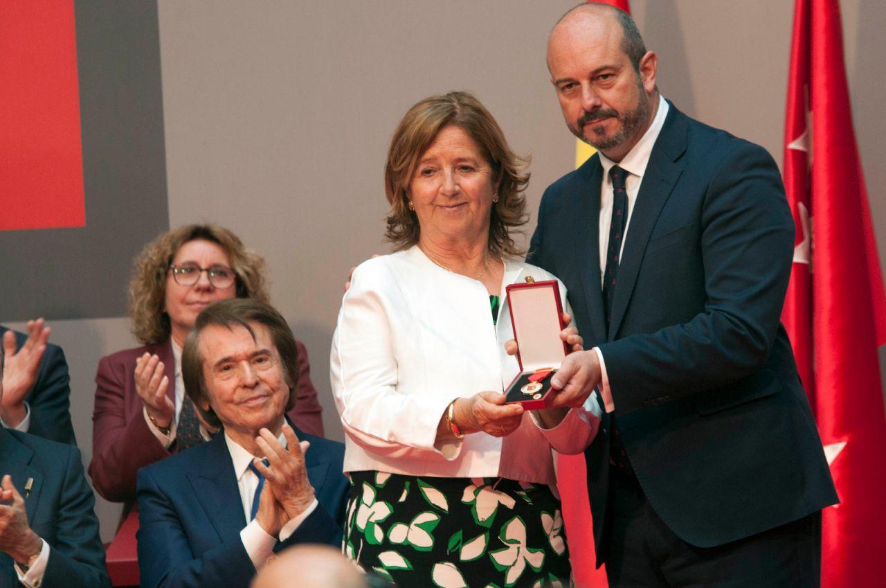Pedro Rollán entrega la Medalla de Oro de la Comunidad a Ignacio Echeverría, el 'héroe del monopatín', a título póstumo. Recoge la distinción su madre.