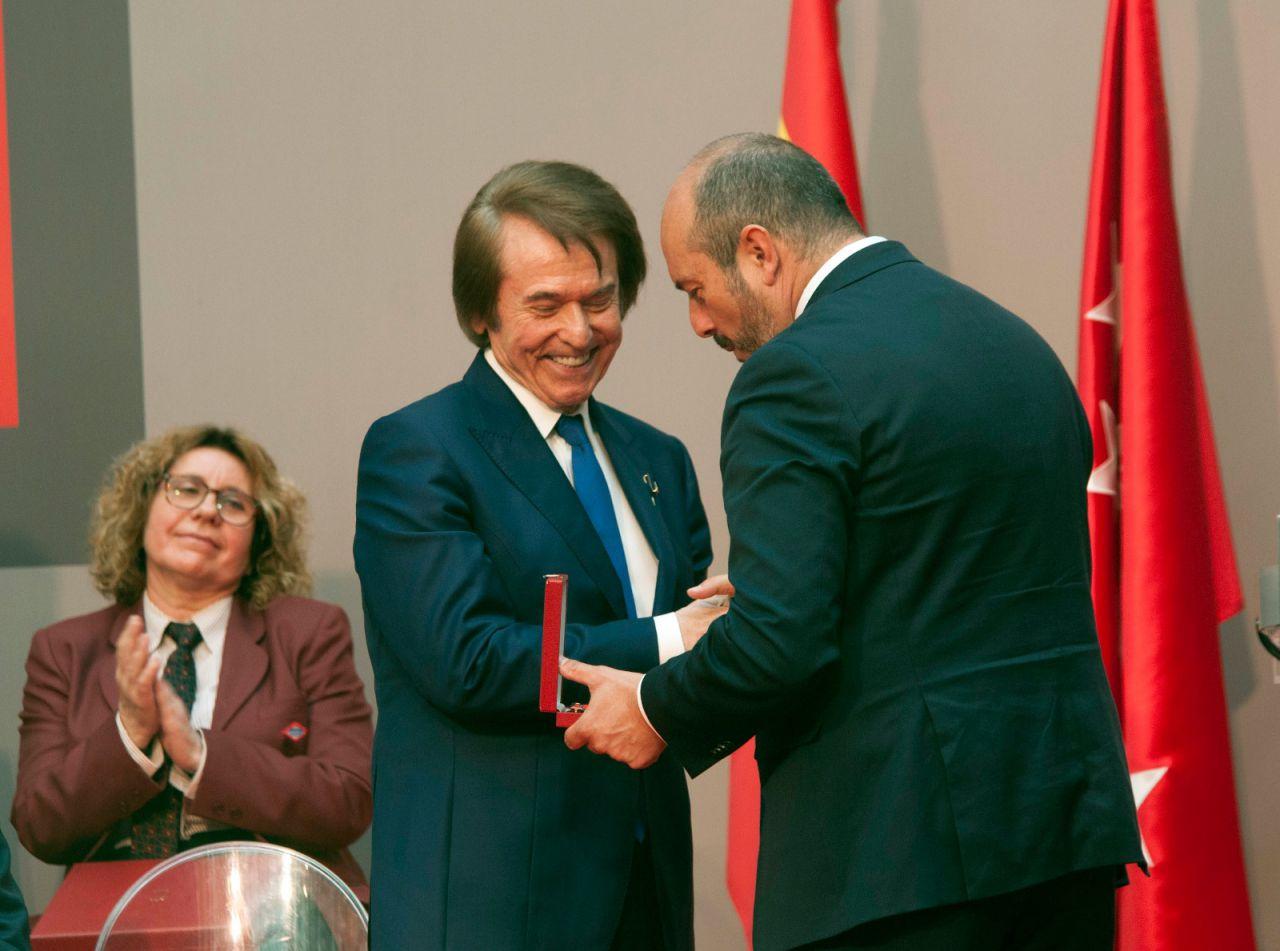 Raphael recoge la Medalla de Oro de la Comunidad de manos de Pedro Rollán.