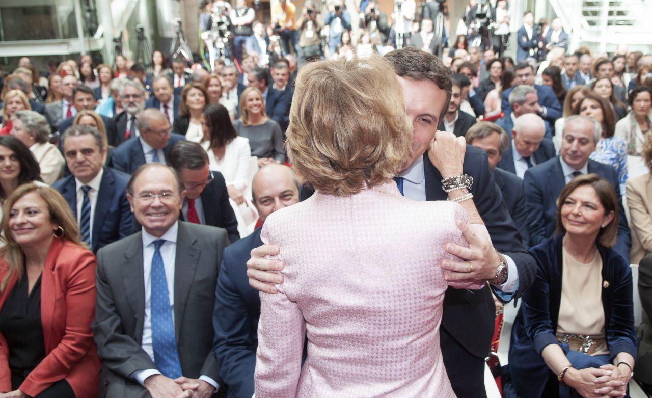 Pablo Casado y Esperanza Aguirre se saludan.