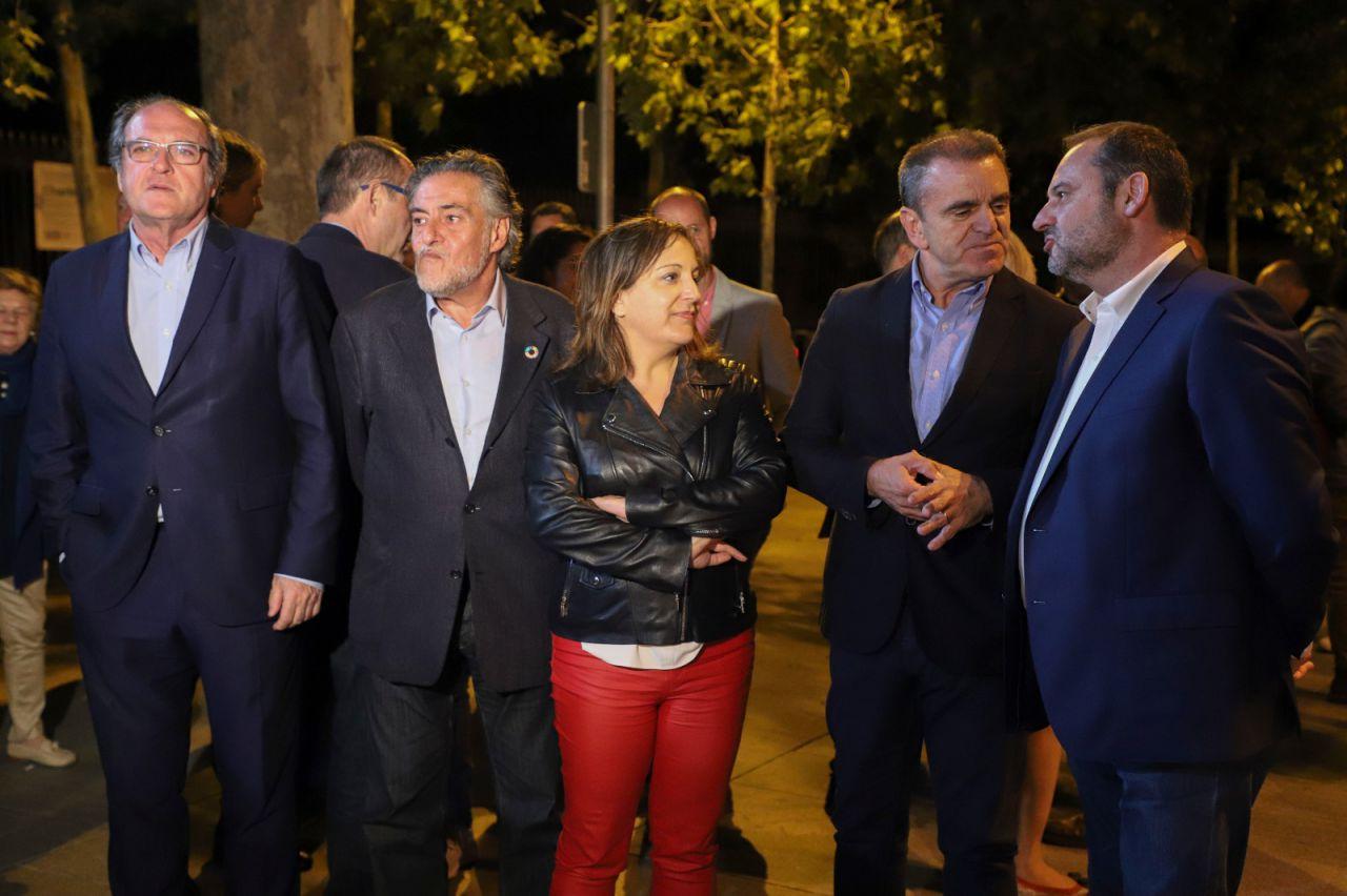 Los candidatos socialistas momentos antes de la pegada de carteles frente a la Puerta de Alcalá