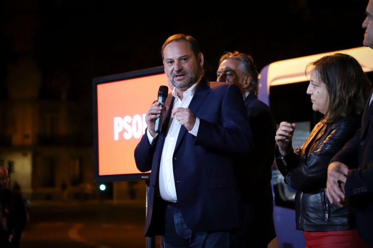 l secretario de Organización del PSOE, José Luis Ábalos, ha sido el encargado de intervenir en la pegada de carteles.