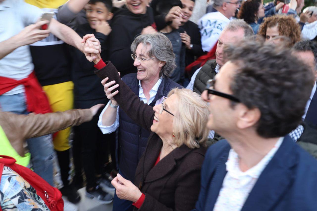 Manuela Carmena, junto a Marta Higueras, saluda a la multitud en Orcasitas.