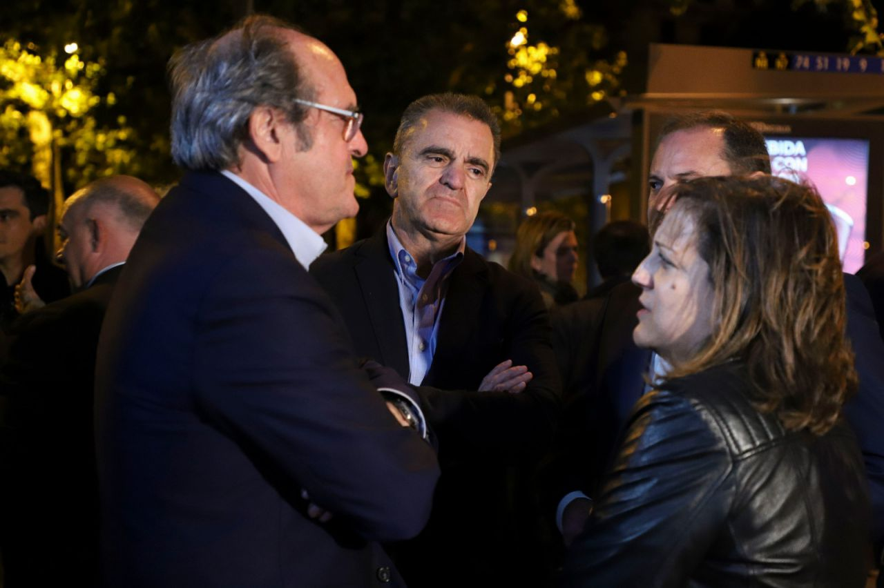 El candidato del PSOE a la Comunidad de Madrid, instantes antes de la pegada de carteles, junto a la europarlamentaria Iratxe Garper