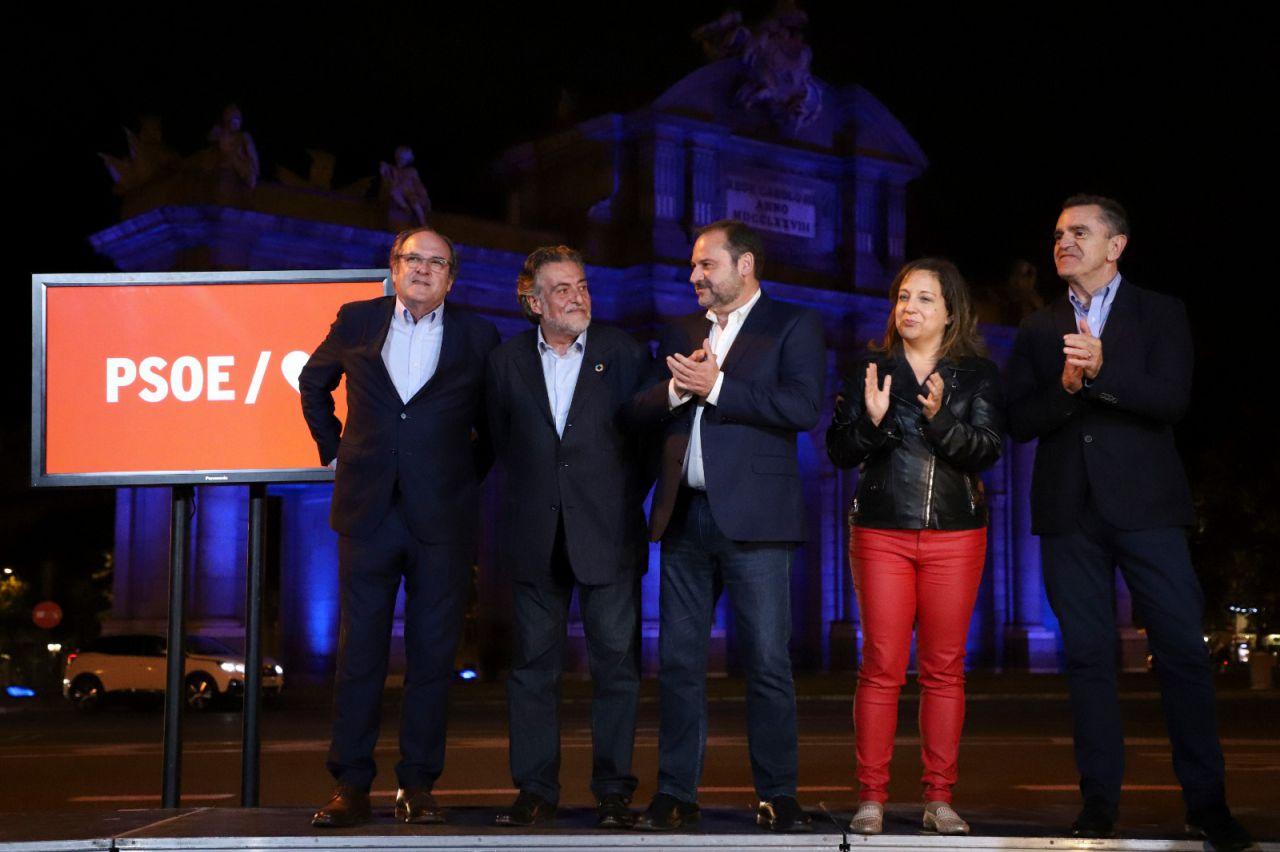 Ángel Gabilondo, Pepu Hernández, José Luis Ábalos, Iratxe Garper y José Manuel Franco delante de la Puerta de Alcalá.