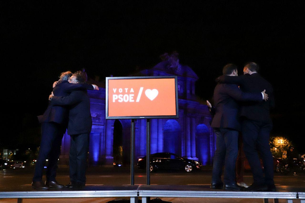 Los candidatos socialistas se abrazan tras el pistoletazo de salida oficial a la campaña del 26M
