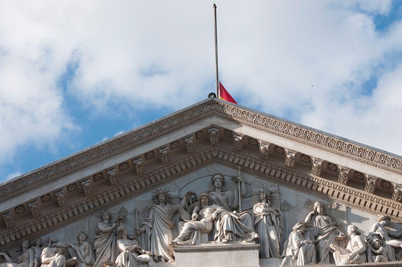 Bandera a media hasta en el Congreso de los Diputados.