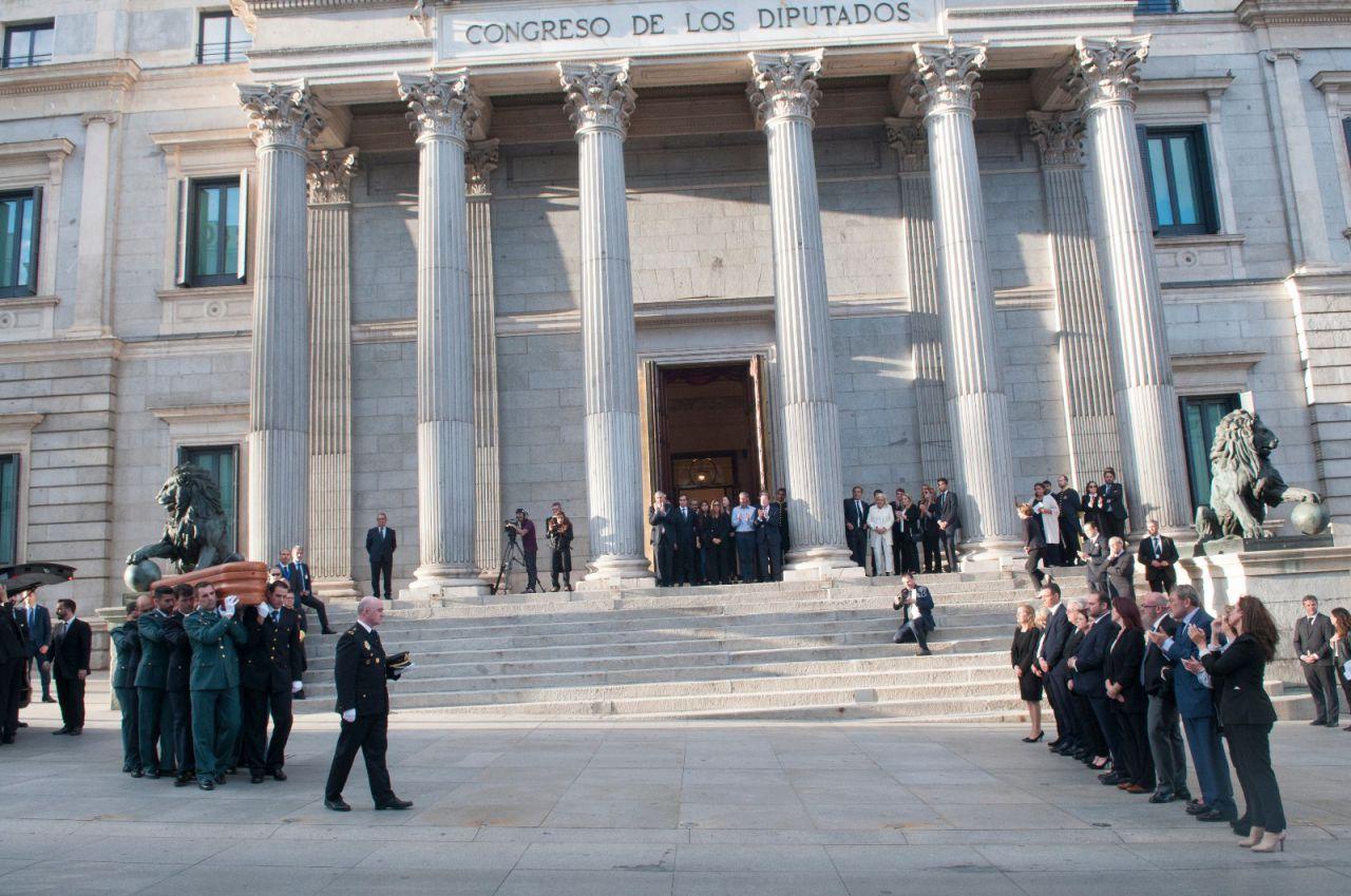 El presidente del Gobierno en funciones, Pedro Sánchez, la número dos del partido, Adriana Lastra, la presidenta de la Cámara Baja, Ana Pastor, y otros representantes políticos han recibido el féretro.