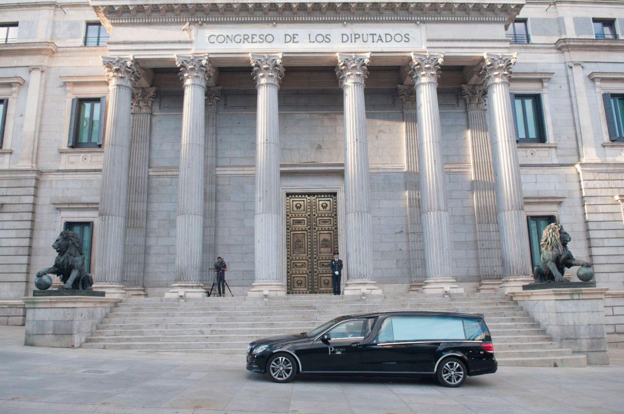 El coche fúnebre ha llegado al Congreso a las 20:20 horas.