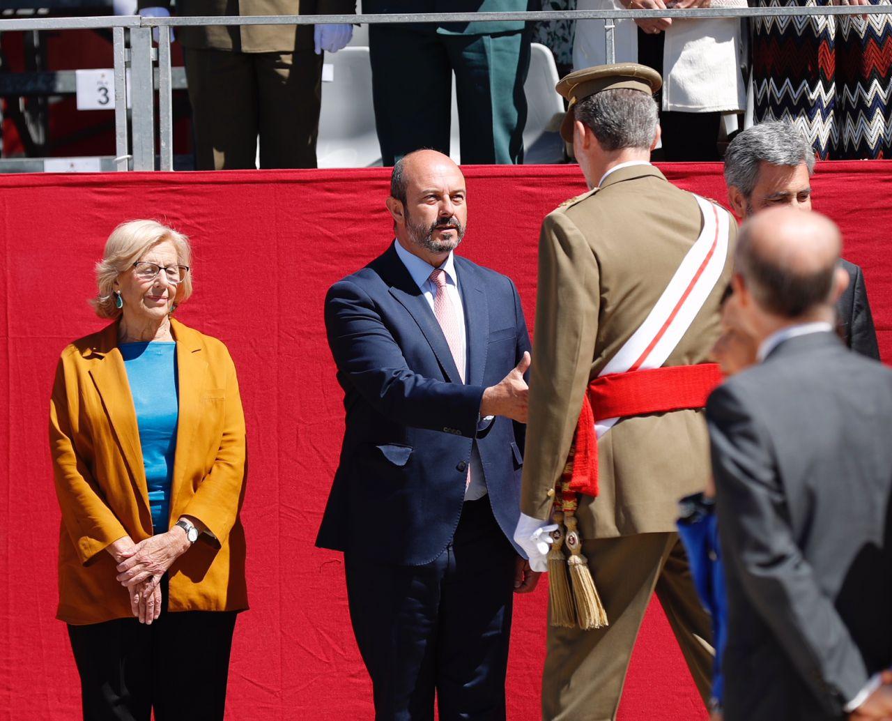 Su Majestad el Rey saluda al presidente de la Comunidad de Madrid, Pedro Rollán
