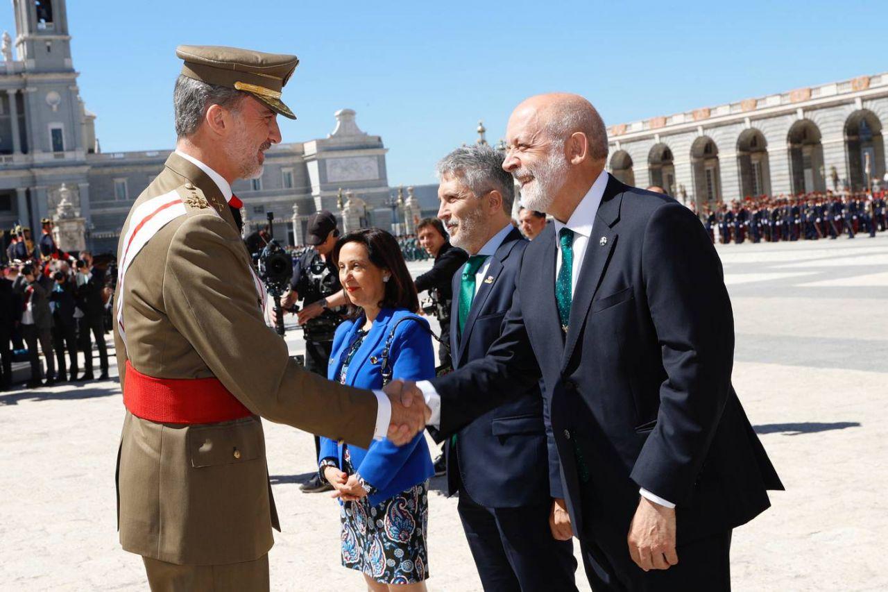 Su Majestad el Rey recibe el saludo del presidente del director general de la Guardia Civil, Félix Vicente Azón Vilas, durante la bienvenida