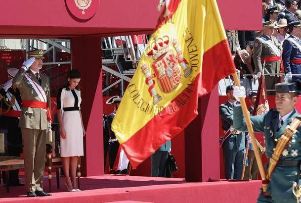 Sus Majestades los Reyes durante el desfile terrestre al paso de la enseña nacional