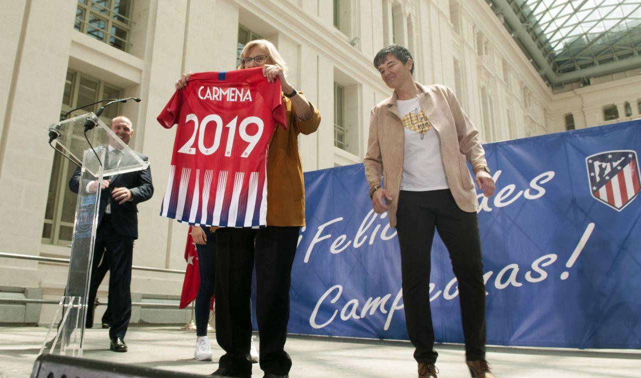 Manuela Carmena posa con la camiseta del Atlético de Madrid femenino