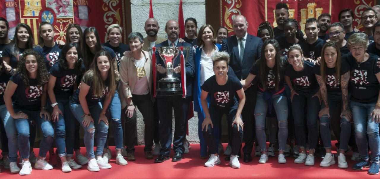 Las jugadoras del Atlético de Madrid junto al presidente de la Comunidad de Madrid, Pedro Rollán.