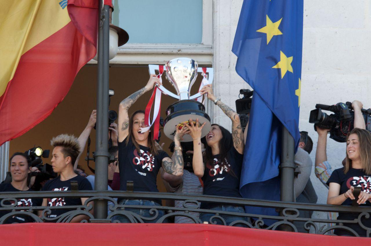 Las jugadoras del Atlético de Madrid en el balcón de la Puerta del Sol