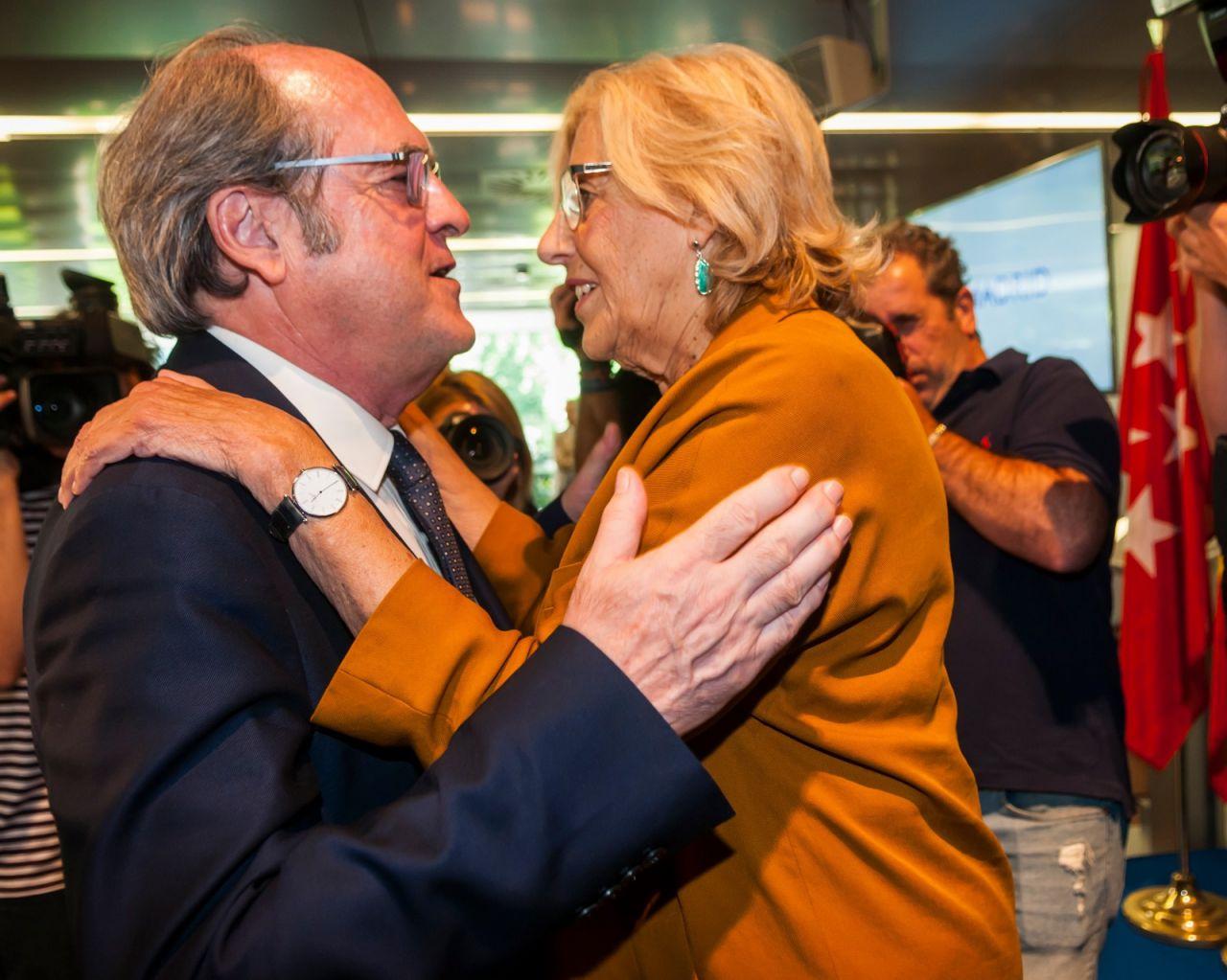 Ángel Gabilondo saluda a Manuela Carmena tras el acto de entrega de las Medallas de Oro.