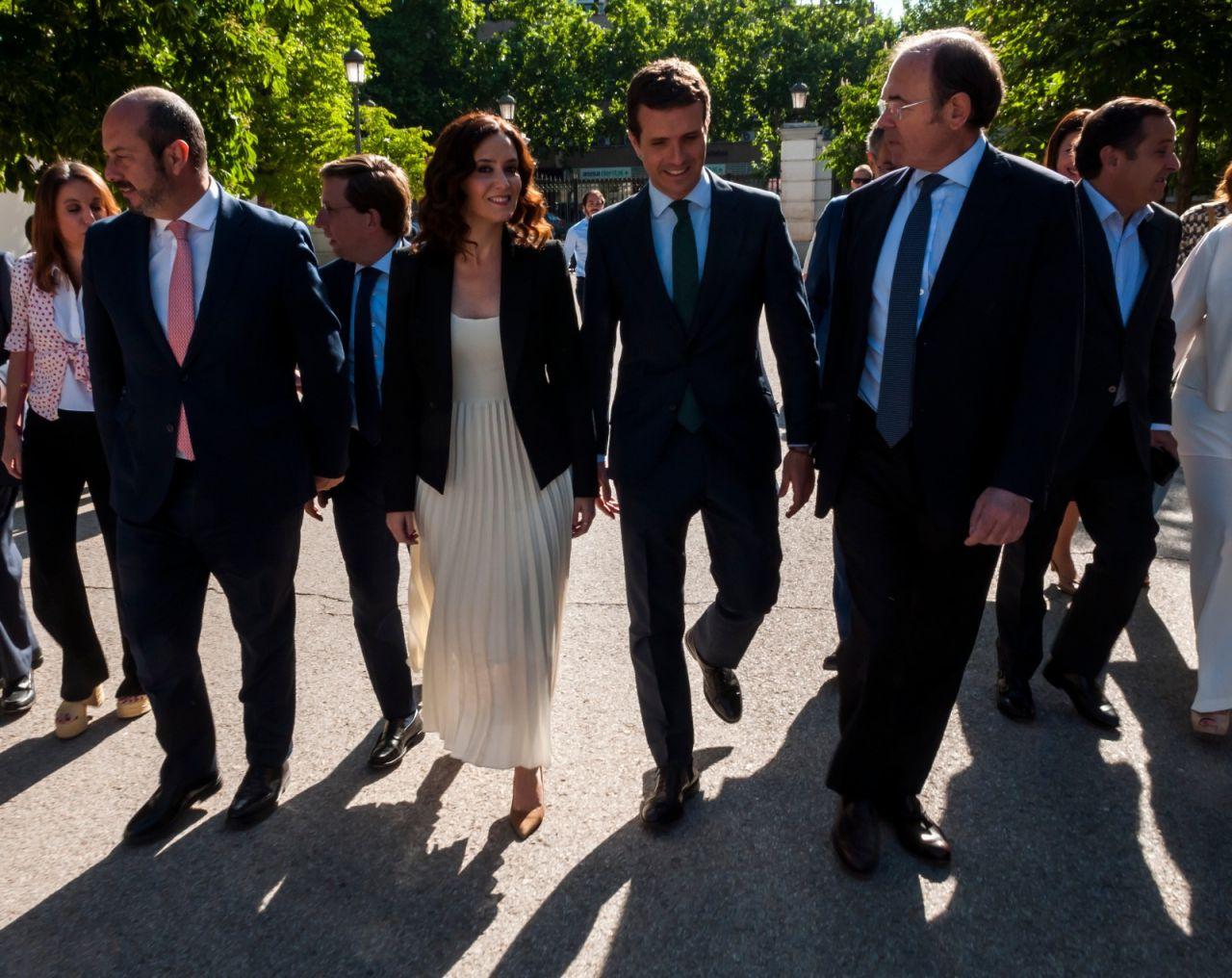 Los políticos llegando a los jardines de Cecilio Rodríguez, en el parque del Retiro.