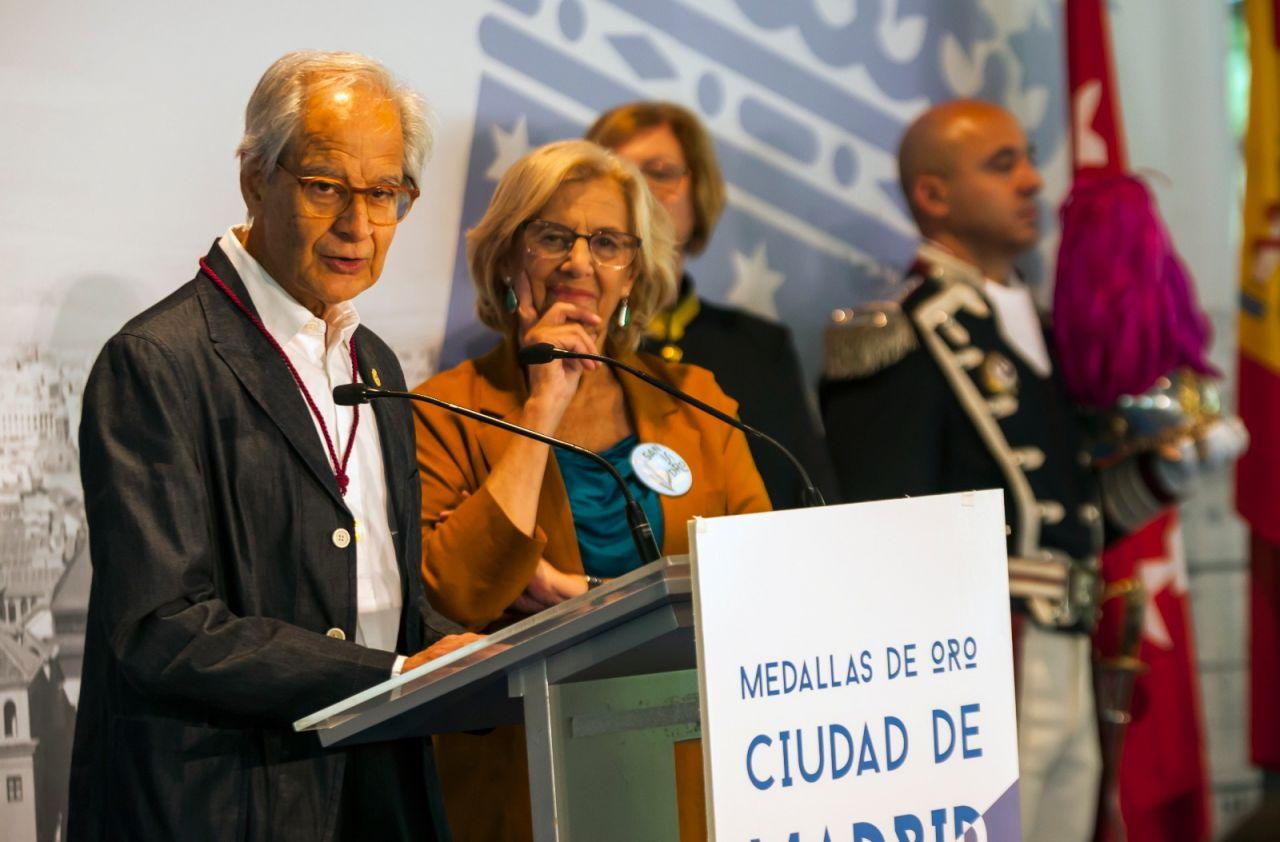 El humorista gráfico El Roto tras recibir la Medalla de Oro.