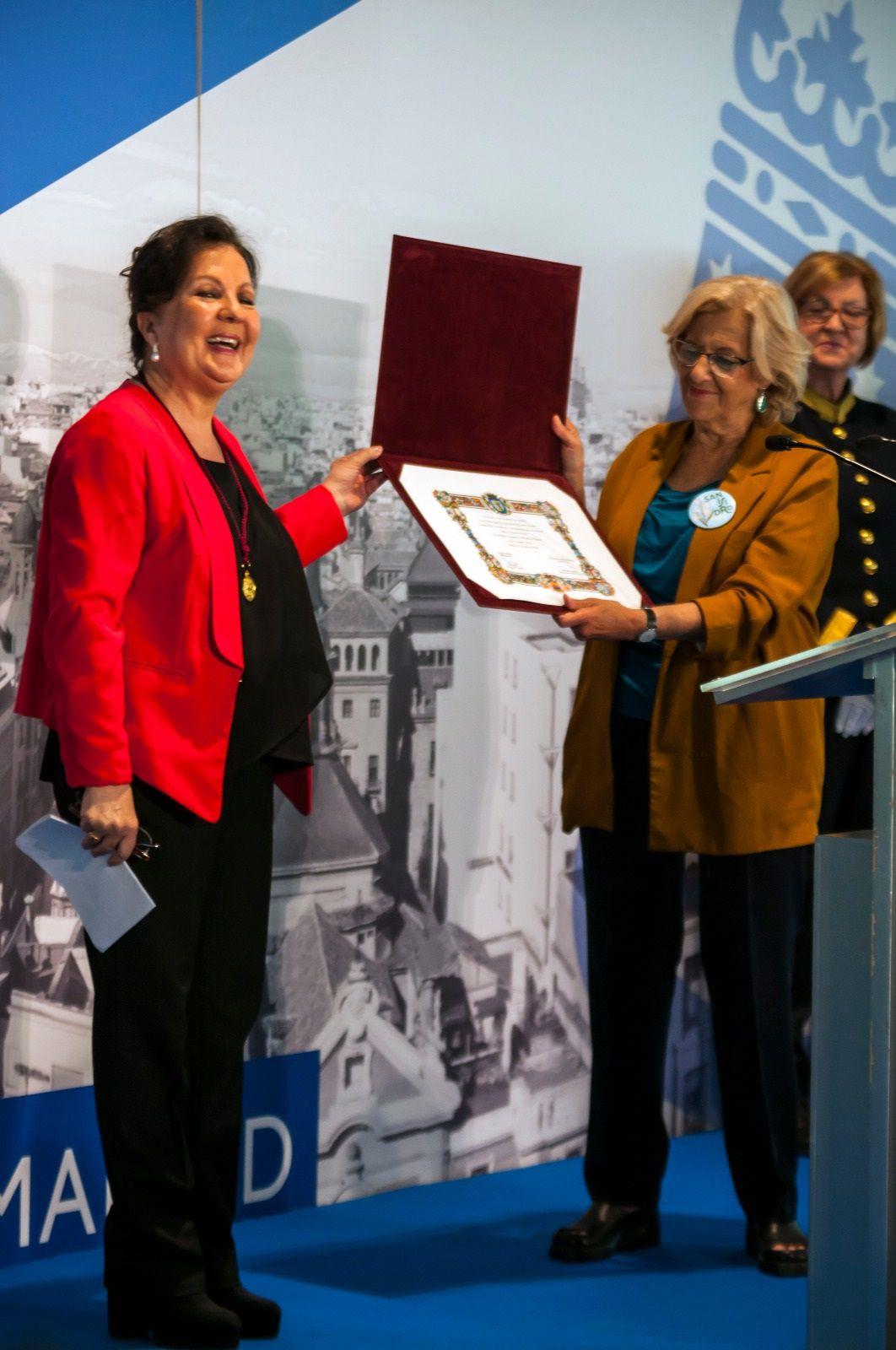 La cantaora Carmen Linares recibe su Medalla de Oro.