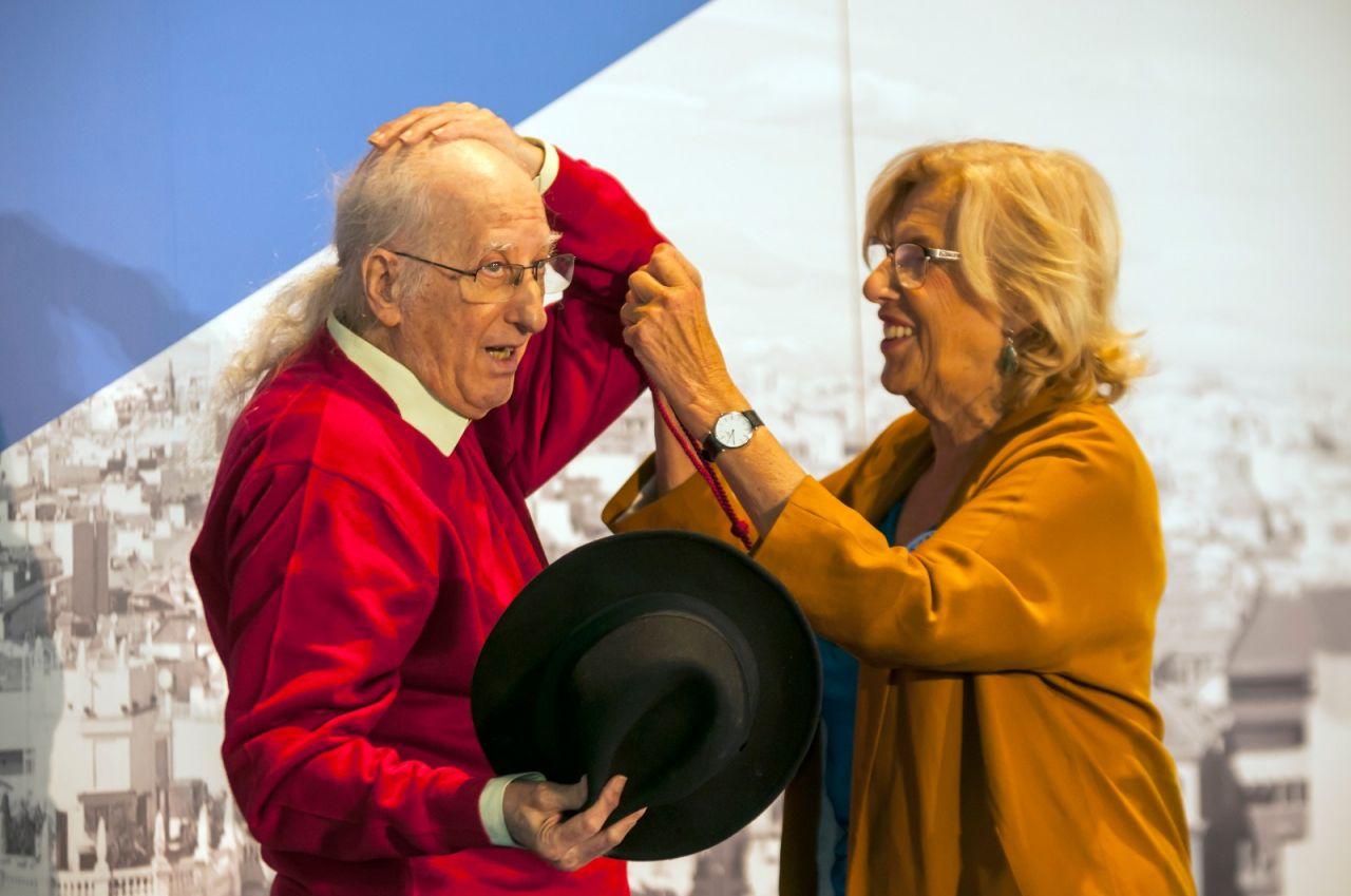 Carmena entrega la Medalla de Oro a Juan Tamariz.