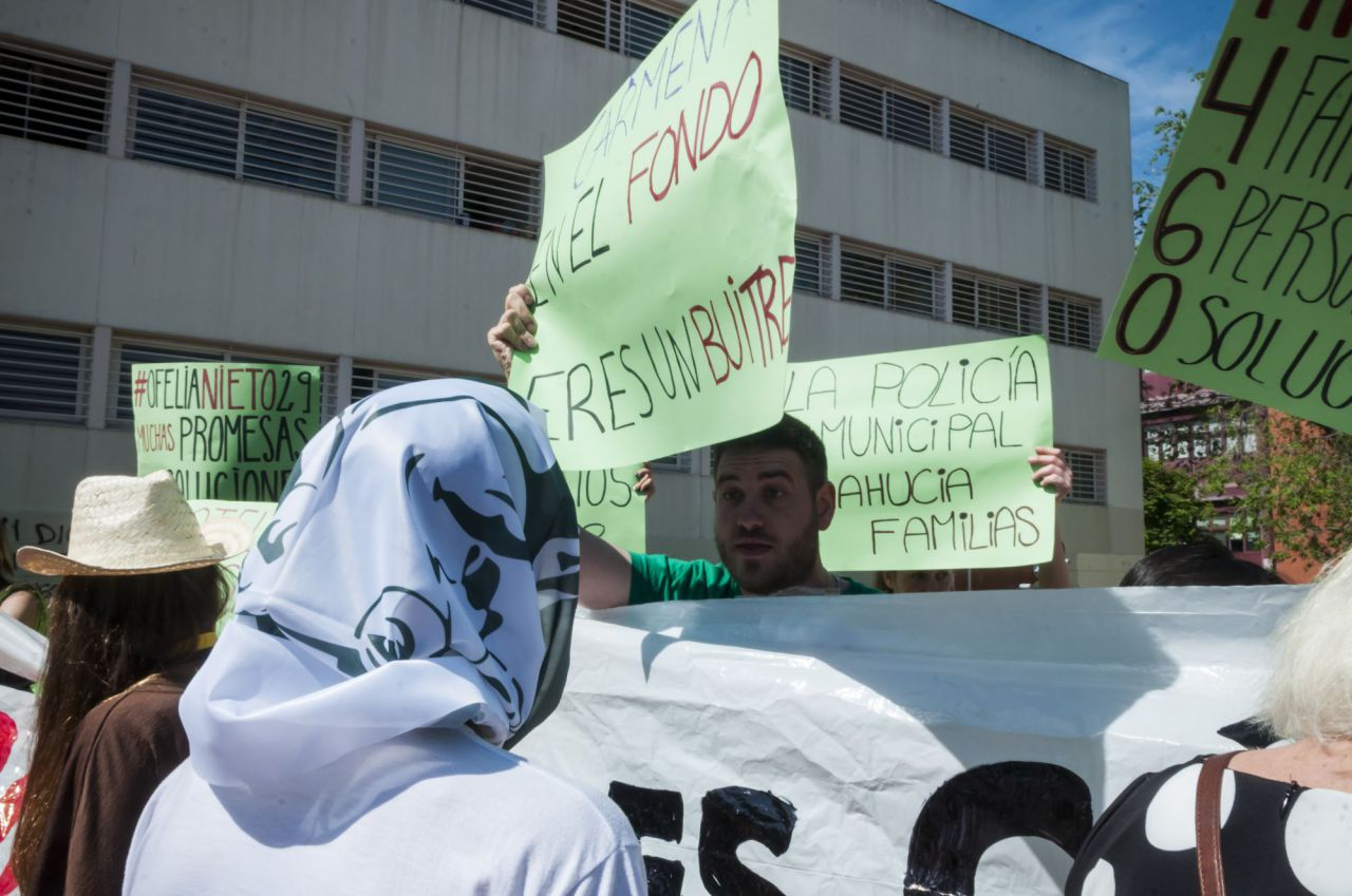 Distrito 14, Stop Desahucios y otros grupos de activistas por la vivienda han interrumpido un acto de campaña de Carmena.