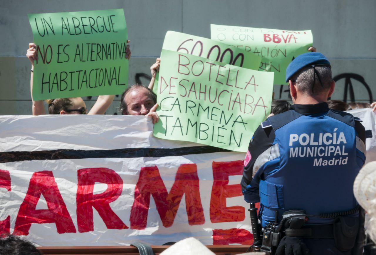 Los manifestantes han comparado la gestión de la problemática por parte de los gobiernos de Ana Botella y Manuela Carmena.