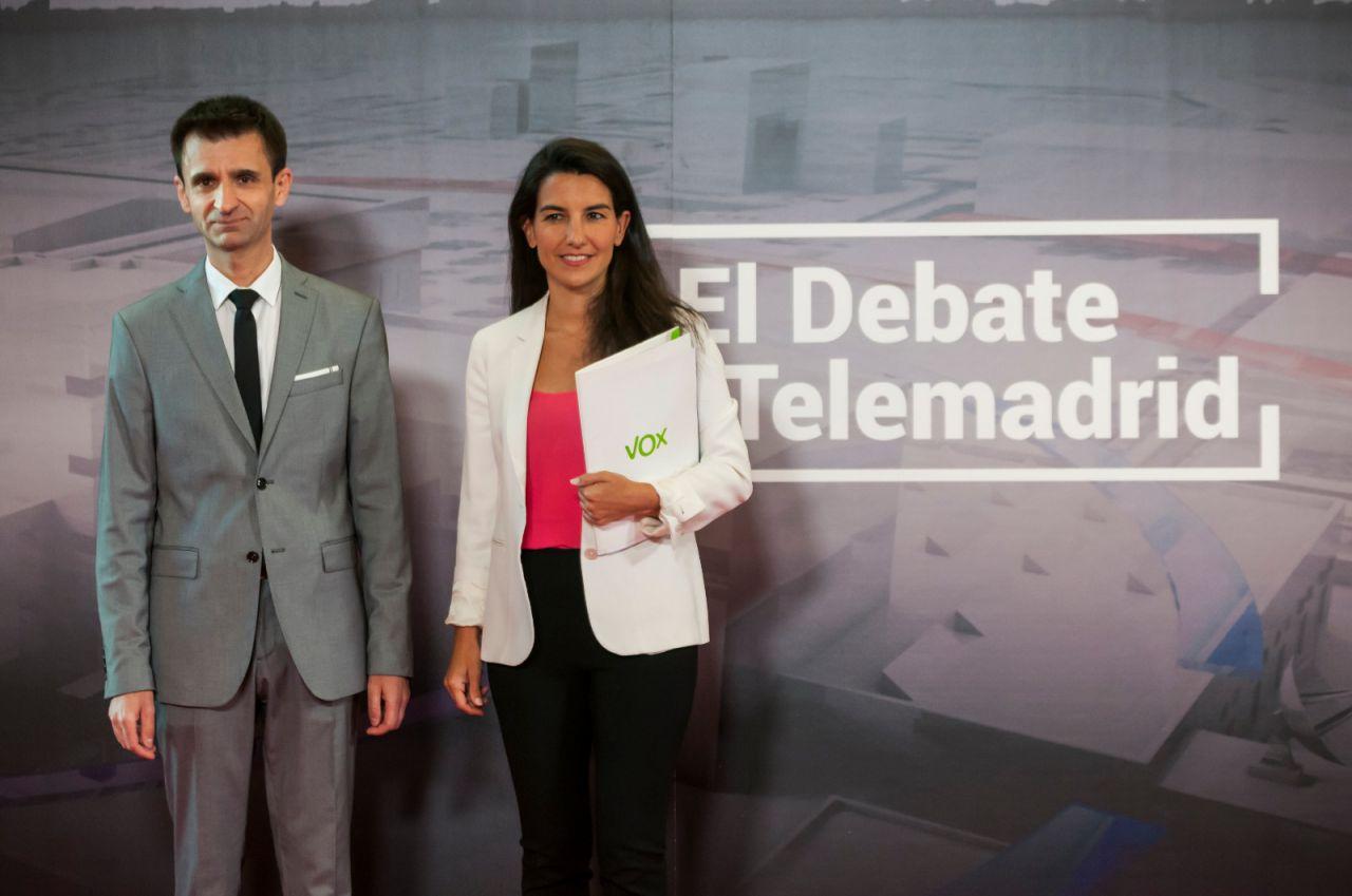 La candidata de Vox, Rocío Monasterio junto al director de Telemadrid, José Pablo López.