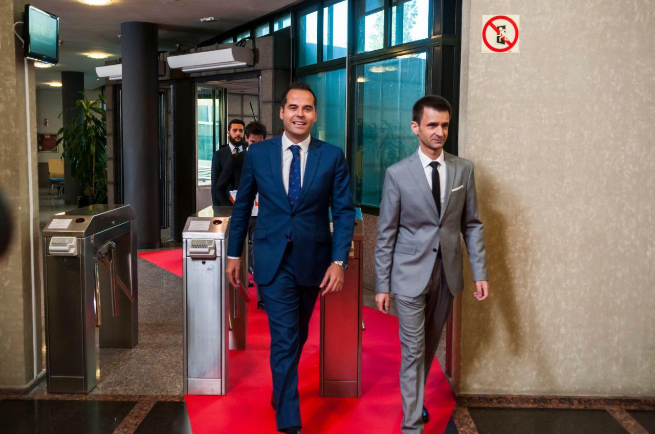 Ignacio Aguado, candidato de Ciudadanos, a su llegada a la sede de Telemadrid, junto a José Pablo López, director de la cadena pública.