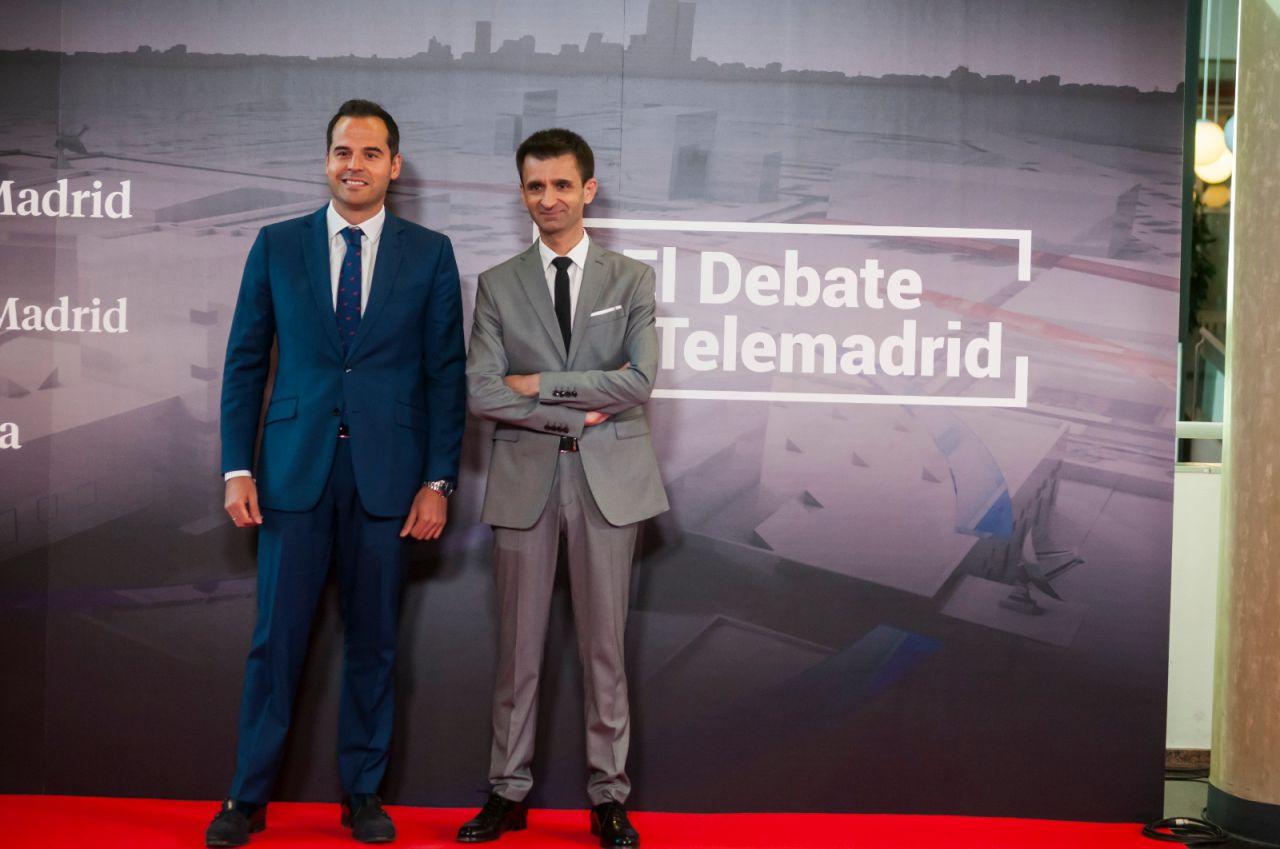 Aguado (Cs) posa en el photocall junto al director de Telemadrid, José Pablo López, antes del comienzo del debate.