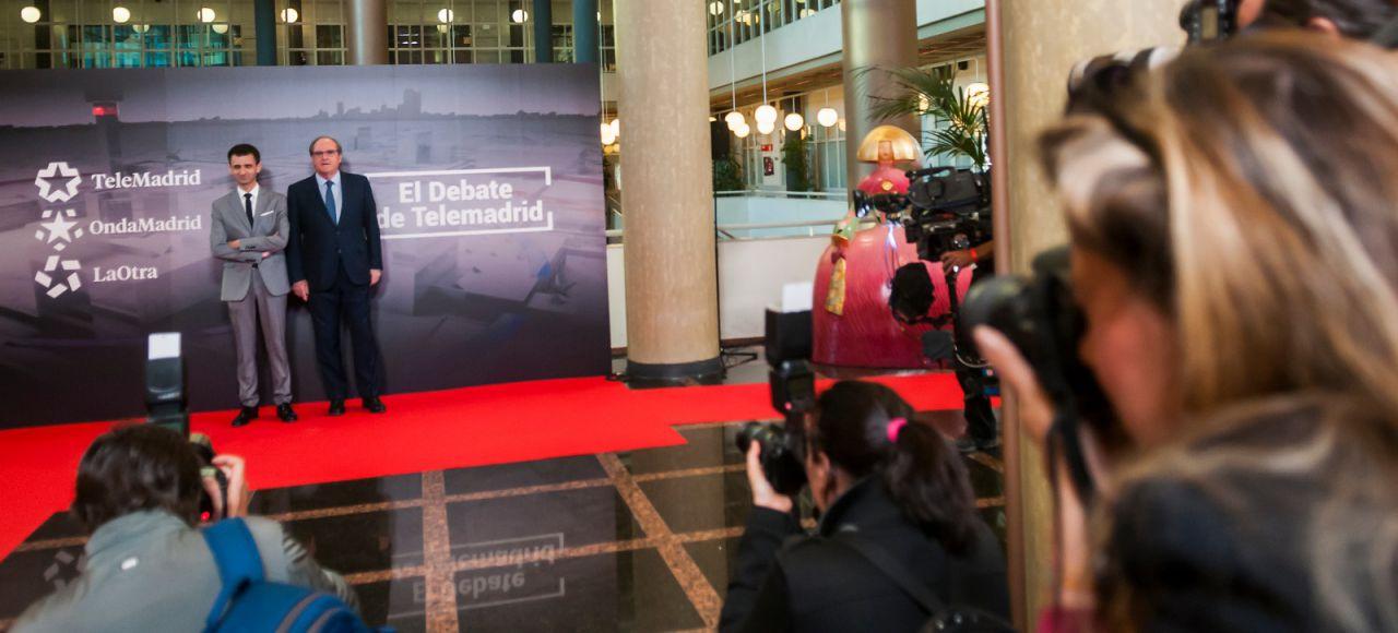 El director de Telemadrid y Ángel Gabilondo (PSOE), en el photocall por el que han pasado todos los candidatos antes de debate.