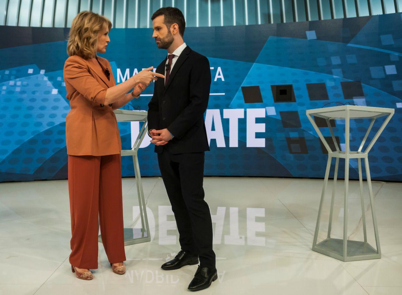 Los moderadores del debate, los periodistas María Rey y Jon Ariztimuño, charlan en los minutos previos a inicio.