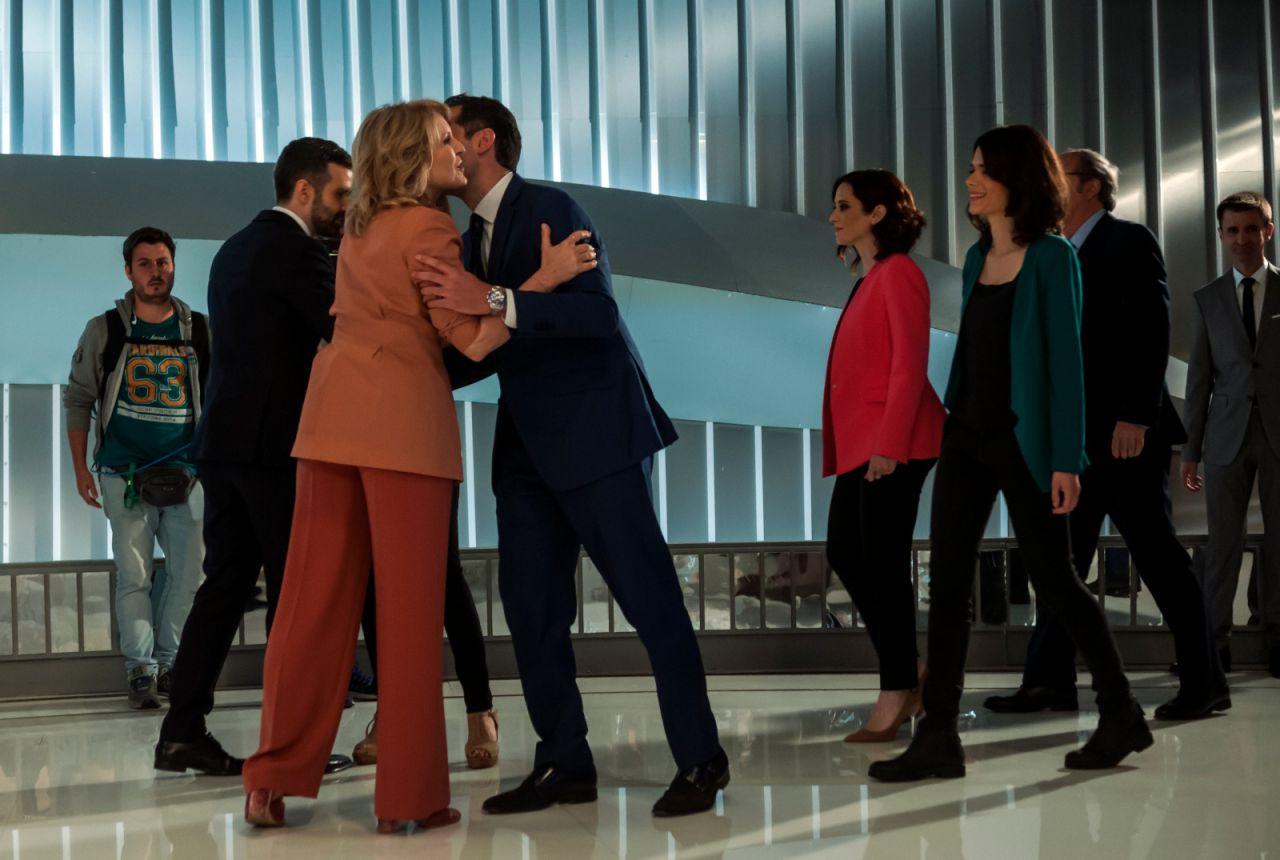 Los candidatos saludan a los moderadores del debate a su entrada al plató de Telemadrid