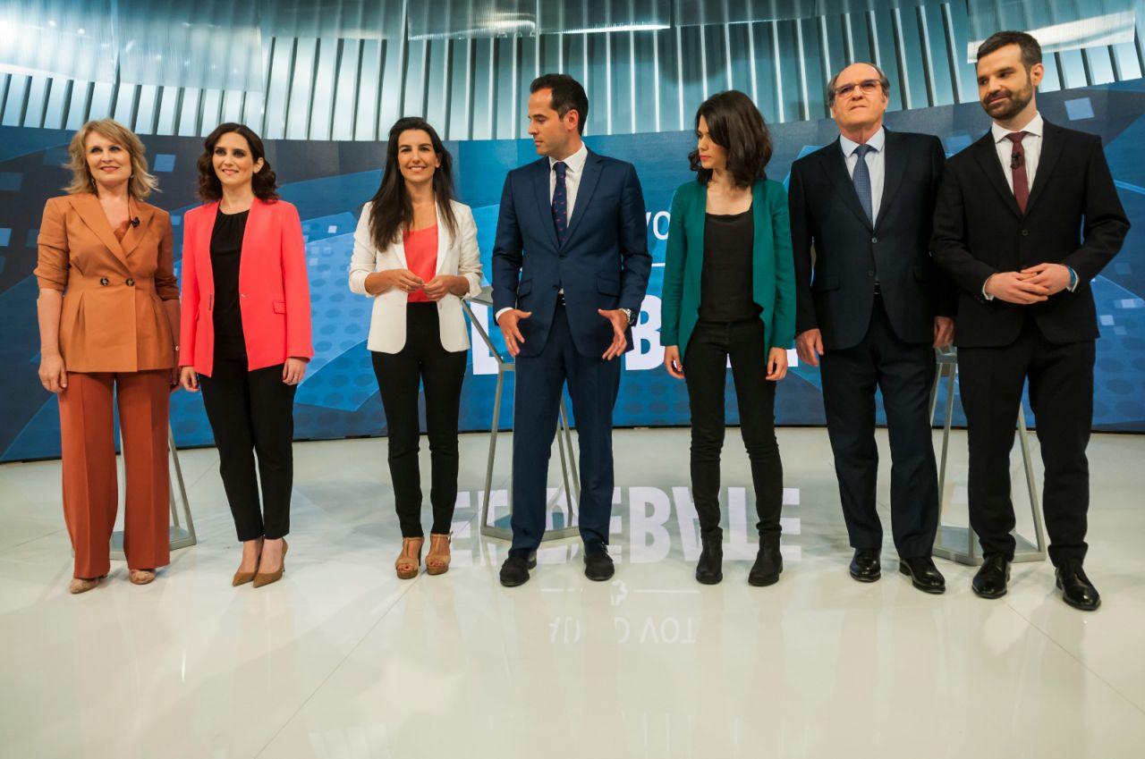 Se ha generado un momento de tensión cuando, con los nervios previos al debate, los fotógrafos han pedido a los candidatos que se den la mano.