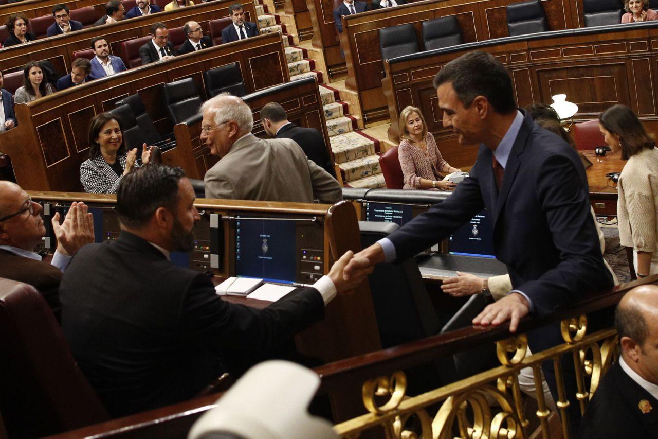 Saludo entre Santiago Abascal y Pedro Sánchez en el Hemiciclo.