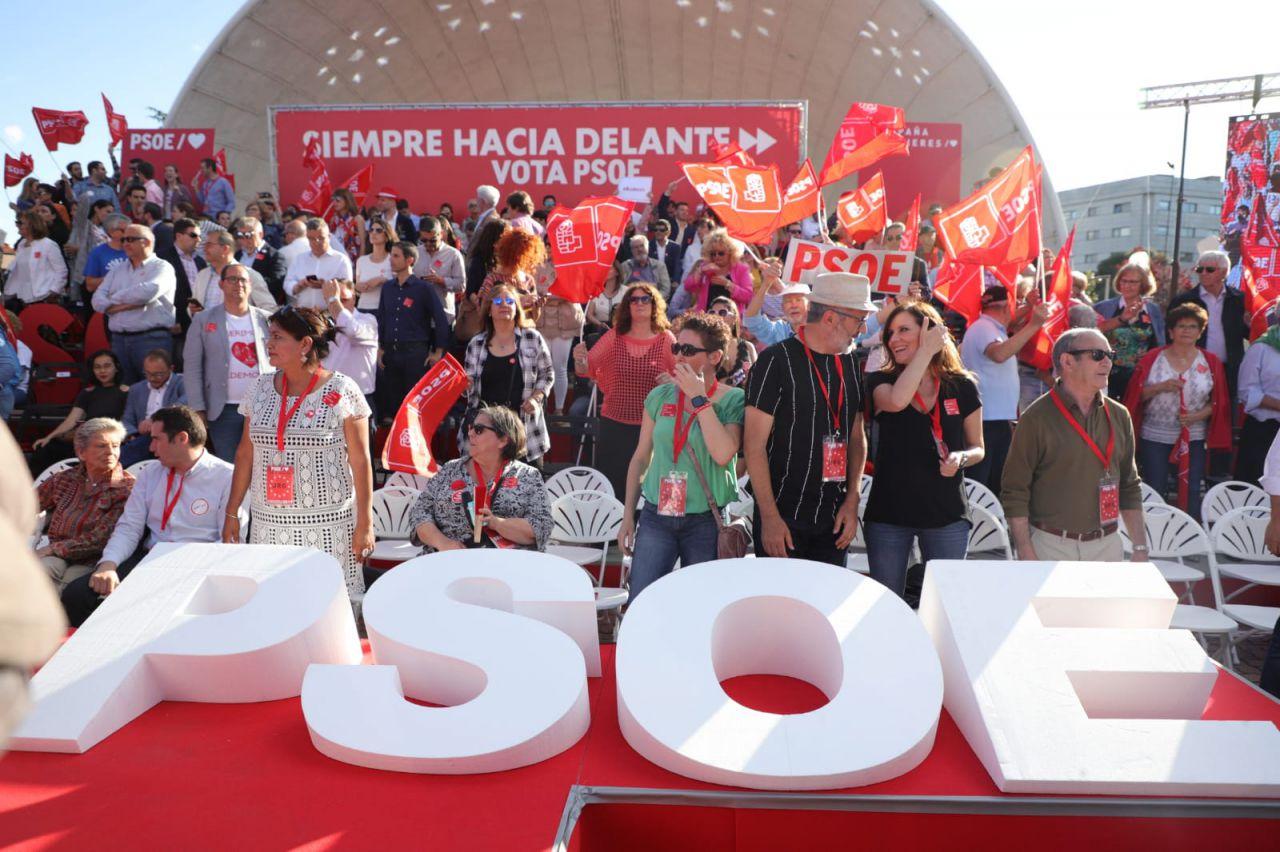 Centenares de personas han arropado a los candidatos socialistas.