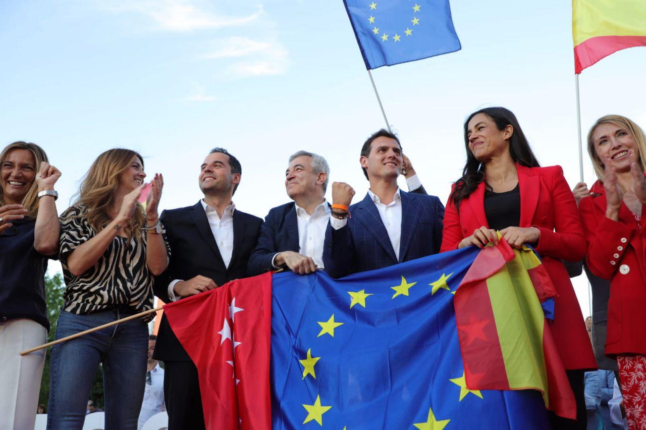 La bandera de la Comunidad de Madrid ha estado acompañada de insignias de la UE y de España.