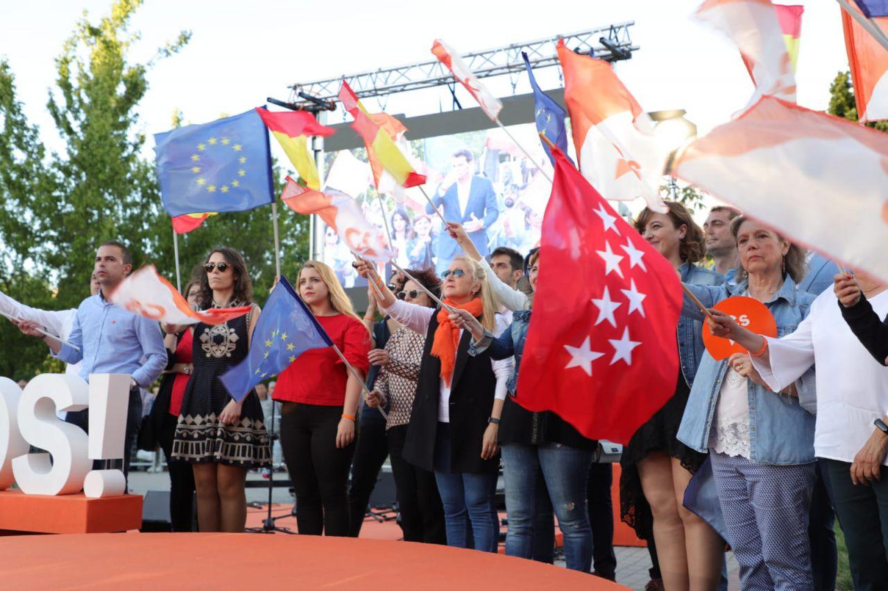 Las banderas han inundado el acto, repartidas entre los asistentes.