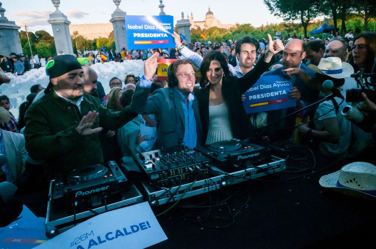 DJ El Pulpo, junto a José Luis Martínez Almeida e Isabel Díaz Ayuso.