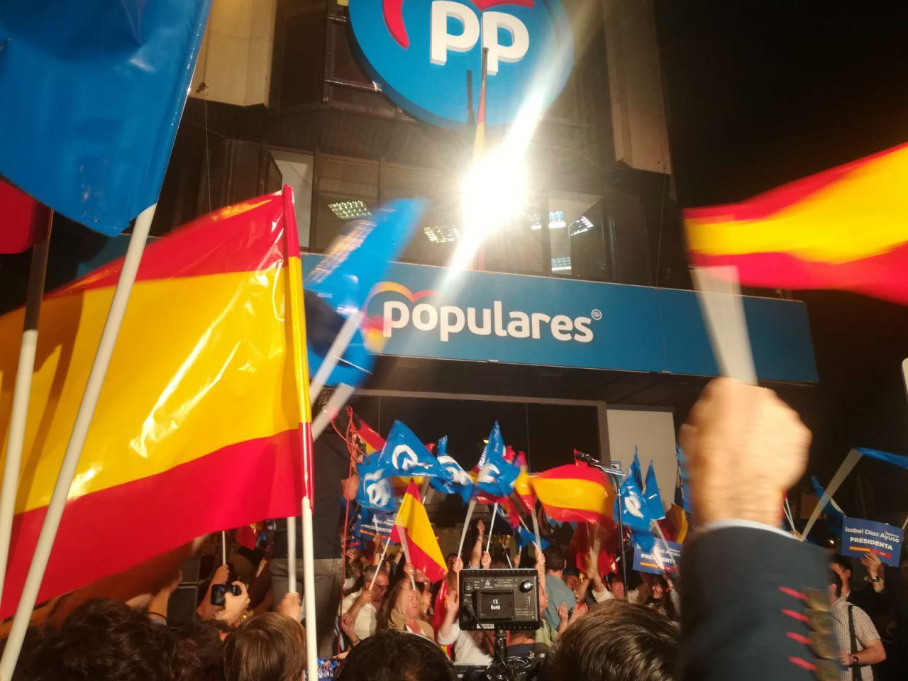 Alegría en la sede del PP, en calle Génova, antes de la aparición de los candidatos del partido.