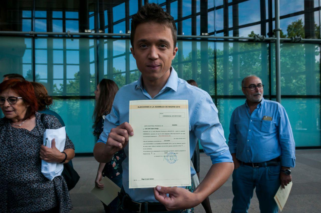 Íñigo Errejón, de Más Madrid, con su acta de diputado madrileño recién firmada