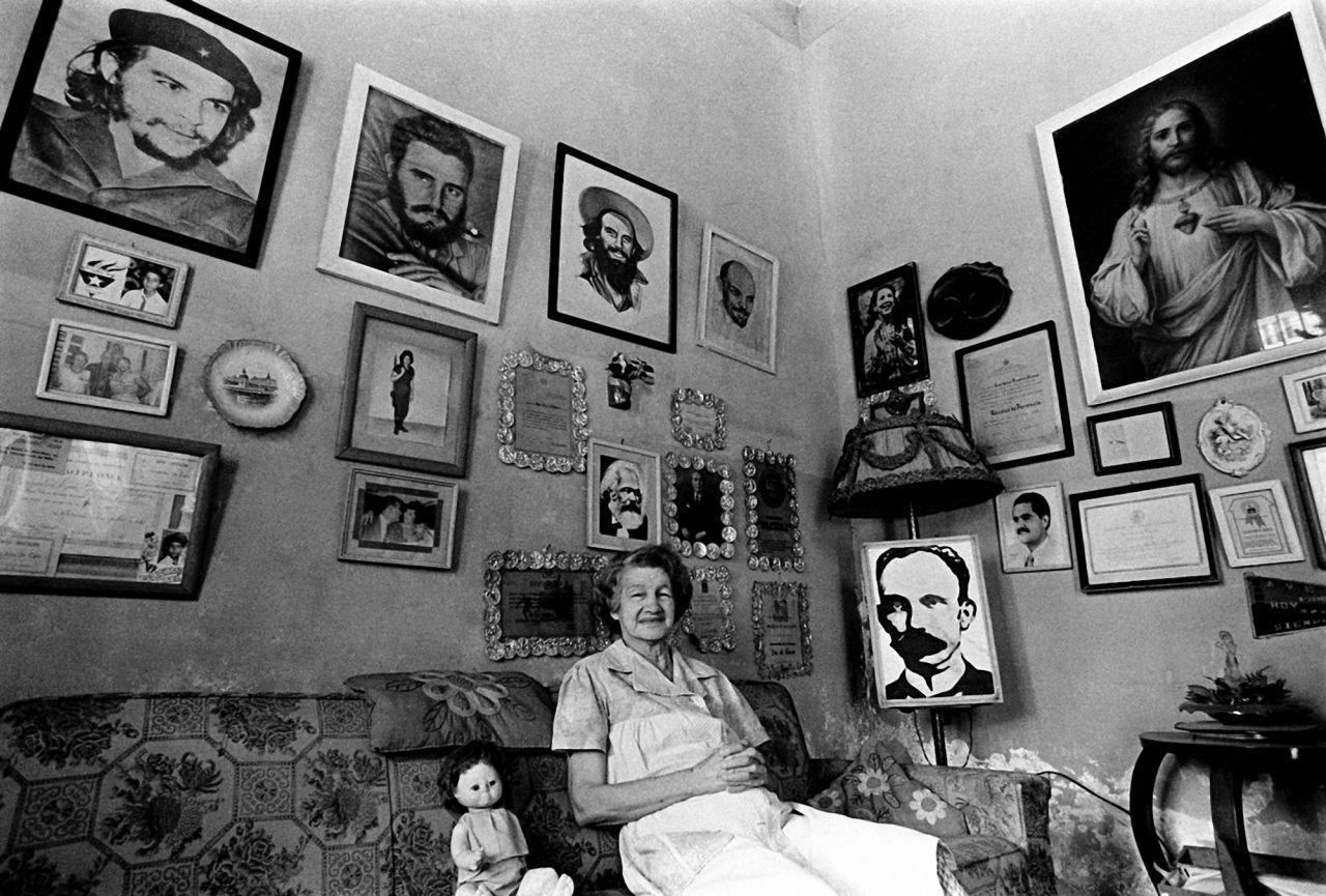 Compuesta más de 100 imágenes de 50 fotógrafos es una tentativa de ilustrar y examinar la evolución de la fotografía en Cuba desde 1840 hasta el momento presente.