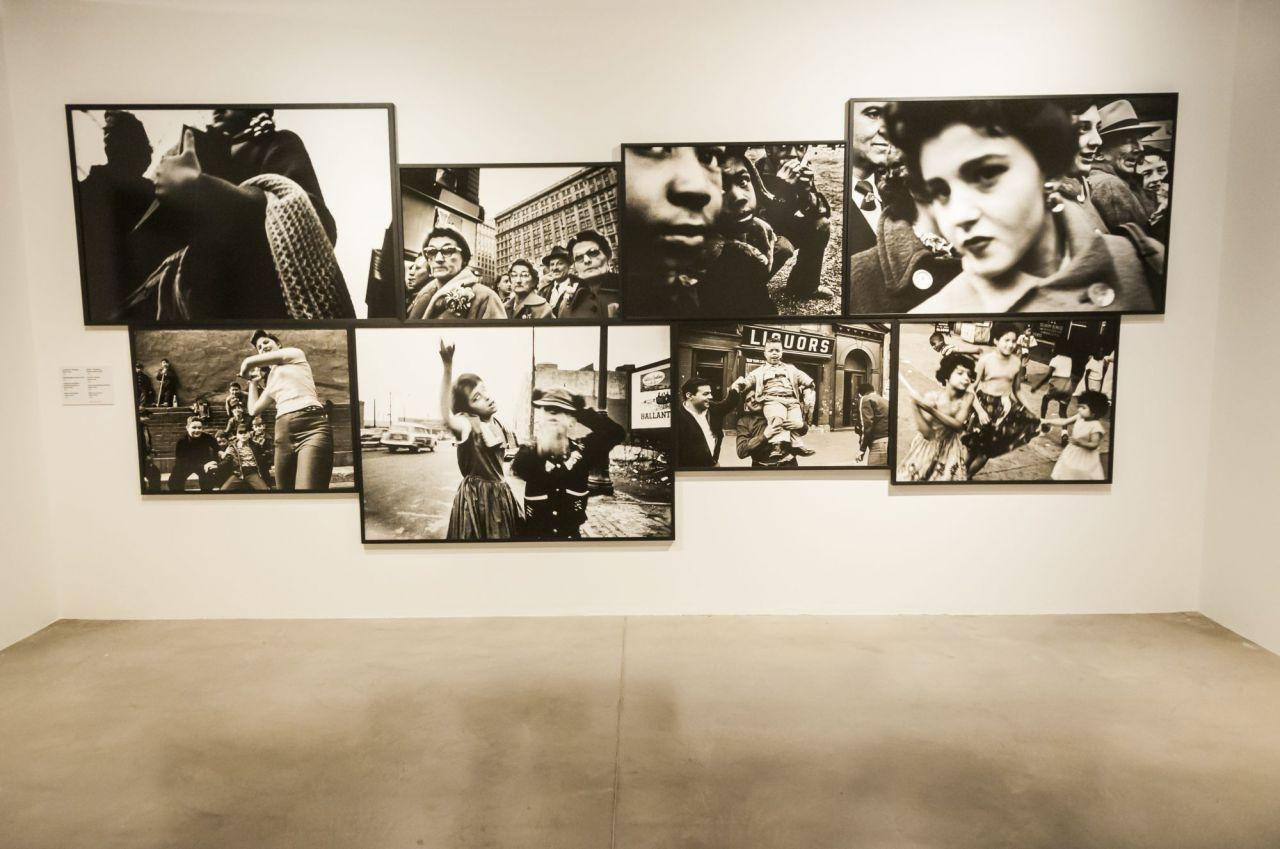 En este manifiesto se advierte la mirada global de Klein en su obra: hace de la calle su materia prima, abarcadora, generosa y voraz en todas sus dimensiones. Nos habla de un siglo en movimiento, un siglo de mutaciones, de creaciones, de emancipaciones.
