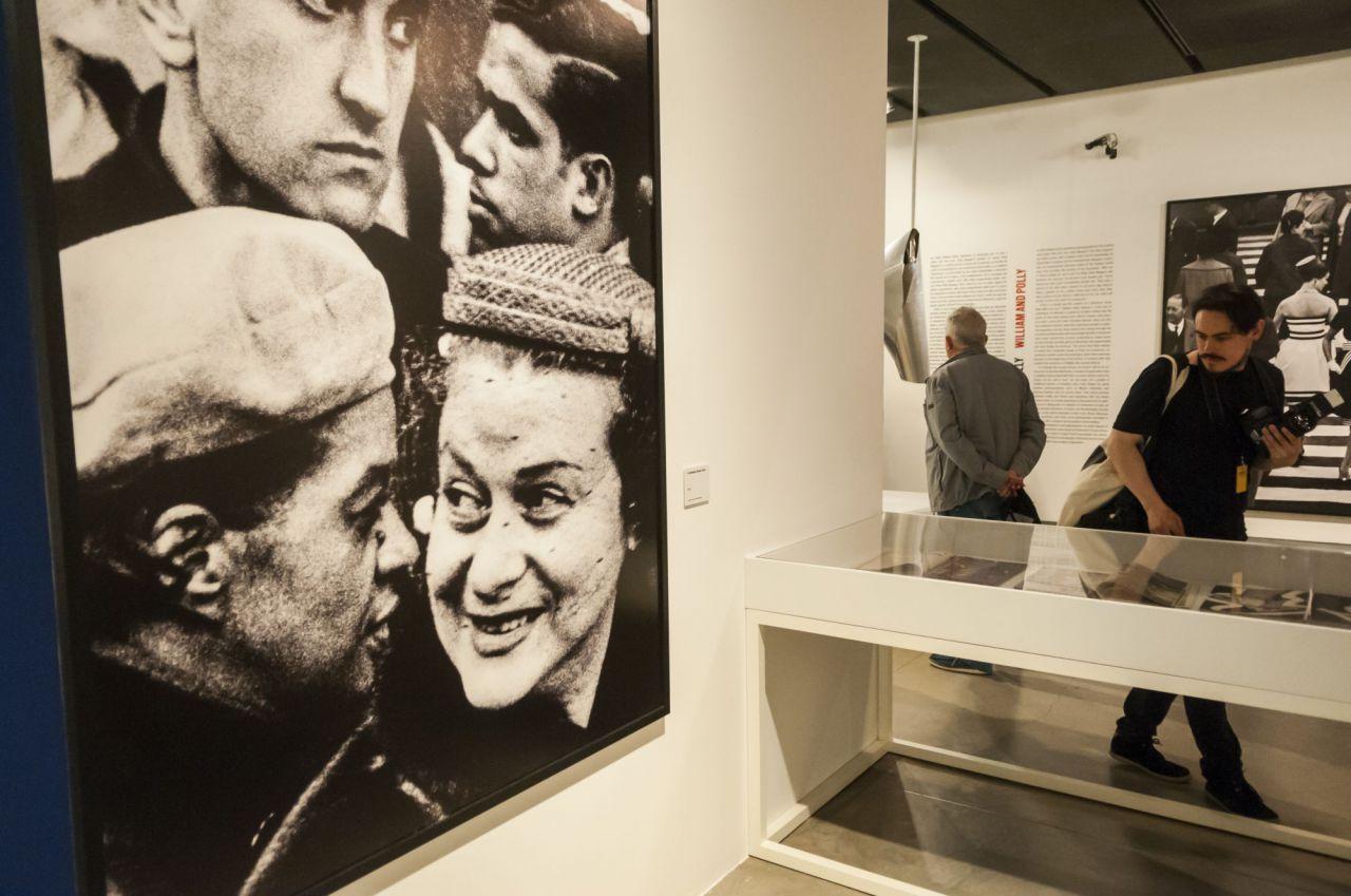 Uno de ellos, Angelo Mangiarotti, le encarga paneles murales en blanco y negro. En respuesta, Klein crea un conjunto de monumentales paneles giratorios de madera montados sobre rieles que, sin que él pudiera intuirlo, constituirán el inicio de su obra fotográfica.