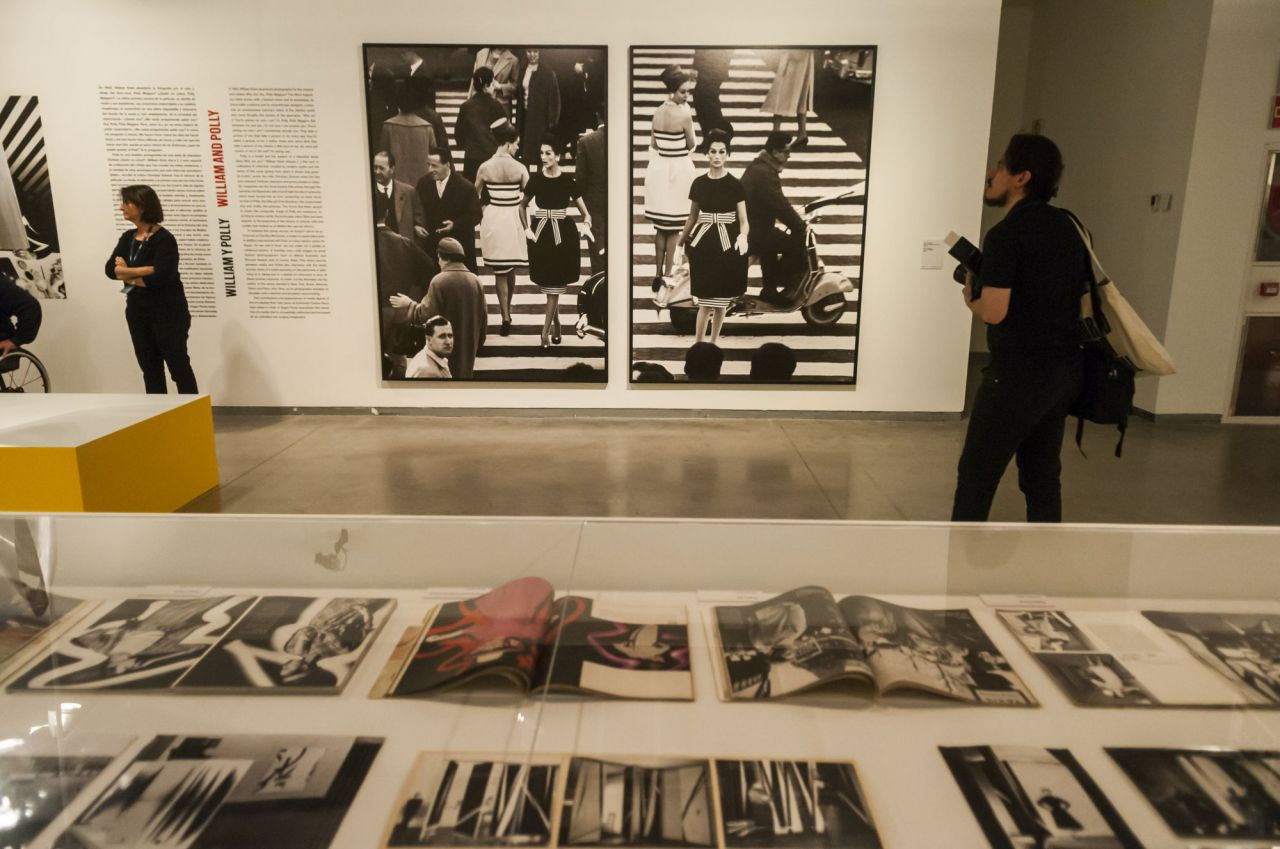 En 1952, por invitación del director italiano de teatro Giorgio Strehler, expone en Milán en el Teatro Piccolo; más tarde en la Galleria del Milione y realiza una serie de pinturas murales abstractas para arquitectos italianos.