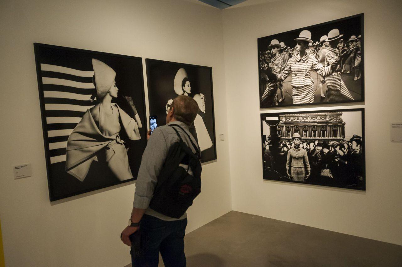 Visionario y radical son los adjetivos que más lo definen, al punto de que la fotografía, tal y como fue en el siglo XX y se concibe hoy en día, no puede entenderse sin él. Klein estuvo tan involucrado en el devenir de la fotografía, que le dio forma.