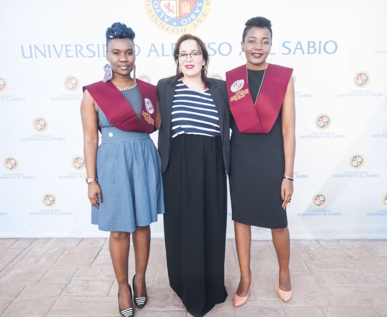 La responsable de Relaciones Internacionales de la UAX, con dos alumnas.