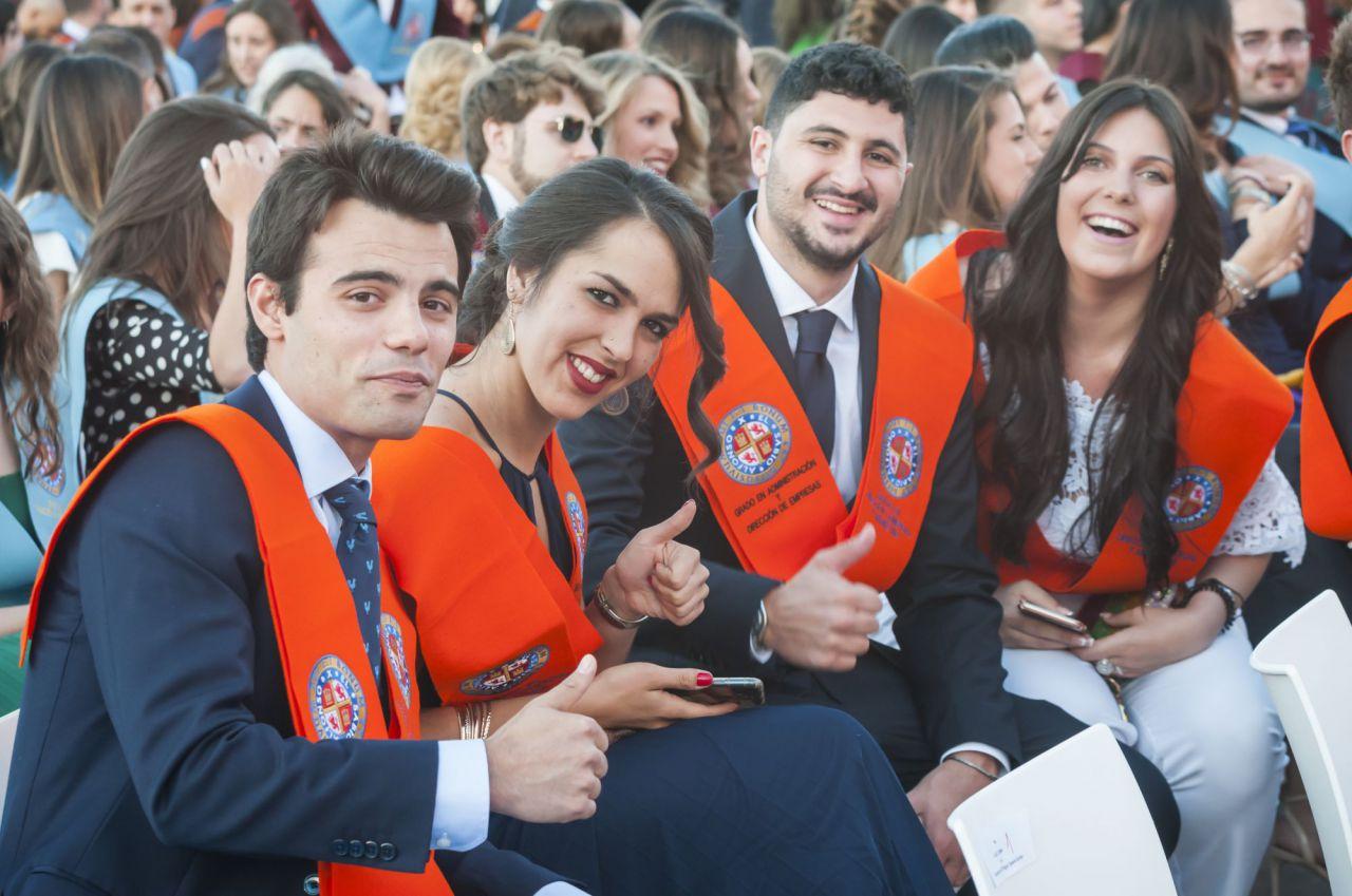 Algunos alumnos de la UAX, felices, momentos antes de recoger su diploma.
