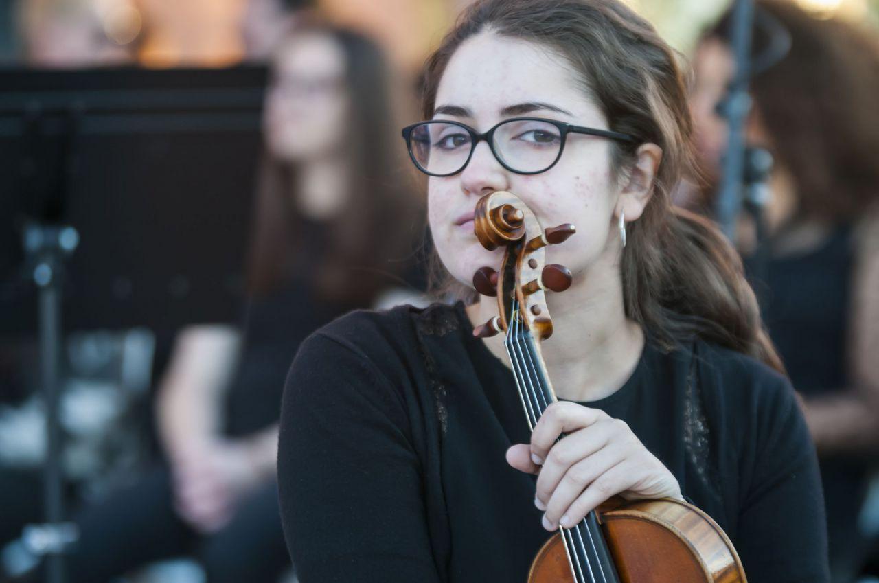 Una de las alumnas de la Orquesta de la UAX espera su turno para actuar.