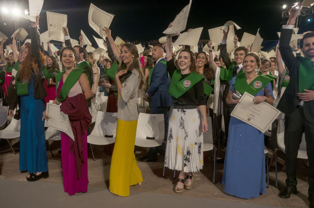 Al final del acto, los alumnos presumieron de sus diplomas saludando al público con ellos.