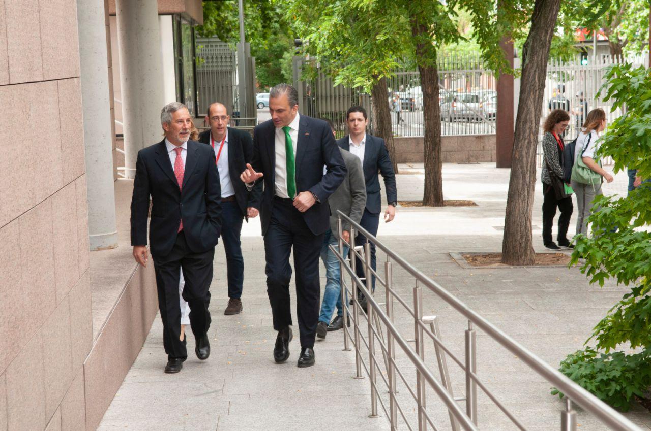 Javier Ortega Smith, candidato de Vox al Ayuntamiento de Madrid, ha querido seguir de cerca la constitución de la Asamblea.